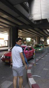 タクシーに乗り込こもうとするGAOGAOと無関係の友人D輔。